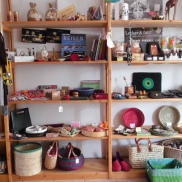 Suchen Sie ein Geschenk? Unser Sortiment ist vielfältig: Bücher, Kosmetik, Schmuck, Korbwaren, Lebensmittel...